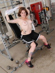 Tattooed babe in black and white gyms outfit strips to - Picture 6