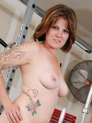 Tattooed babe in black and white gyms outfit strips to - Picture 8