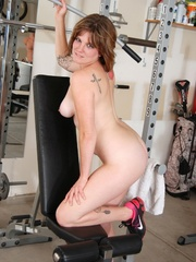 Tattooed babe in black and white gyms outfit strips to - Picture 9