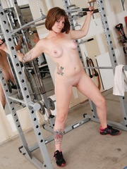 Tattooed babe in black and white gyms outfit strips to - Picture 12
