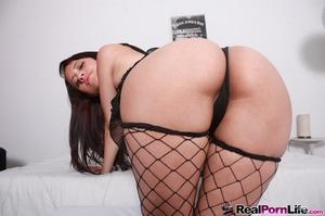 Slim seductress in pink top and black ne - XXX Dessert - Picture 4