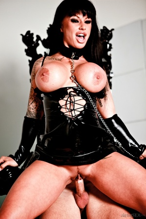 Raven-haired broad in black latex on a leash does her ma ...