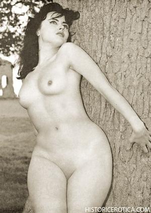 Wild retro babes posing naked in studio  - XXX Dessert - Picture 2