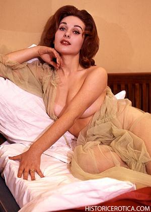 Wild retro babes posing naked in studio  - XXX Dessert - Picture 4