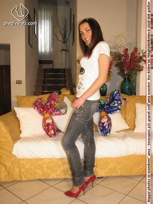 Damsel in hot jeans, red shoes, and white top reveals pretty sexy feet - XXXonXXX - Pic 15