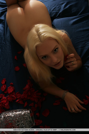 Dazzling cute blonde with sexy curves an - XXX Dessert - Picture 8