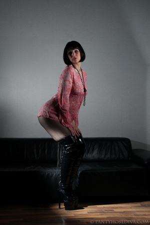 Lady in thigh-high black leather boots t - XXX Dessert - Picture 2
