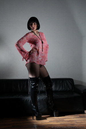 Lady in thigh-high black leather boots t - XXX Dessert - Picture 3