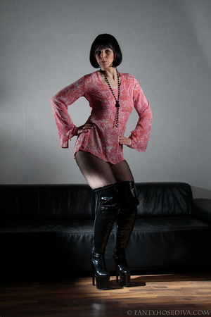 Lady in thigh-high black leather boots t - XXX Dessert - Picture 4
