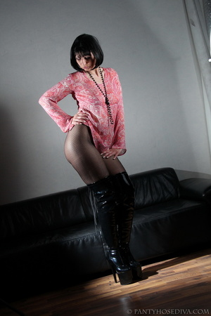 Lady in thigh-high black leather boots t - XXX Dessert - Picture 5