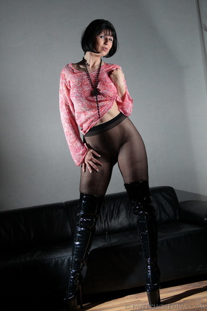 Lady in thigh-high black leather boots t - XXX Dessert - Picture 7