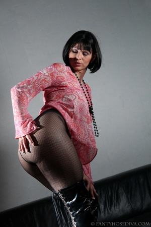 Lady in thigh-high black leather boots t - XXX Dessert - Picture 13