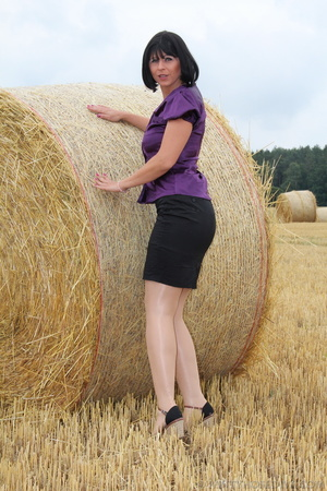 Brunette in a hayfield shimmies out of b - XXX Dessert - Picture 3