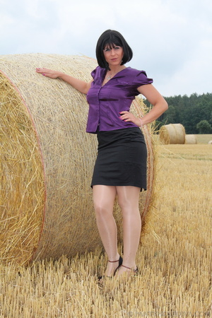 Brunette in a hayfield shimmies out of b - XXX Dessert - Picture 4
