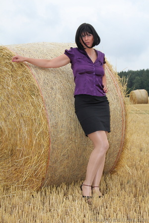 Brunette in a hayfield shimmies out of b - XXX Dessert - Picture 5