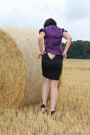 Brunette in a hayfield shimmies out of b - XXX Dessert - Picture 8