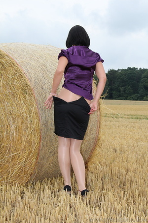 Brunette in a hayfield shimmies out of b - XXX Dessert - Picture 9