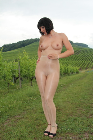 Topless exhibitionist in vineyard shows  - XXX Dessert - Picture 4