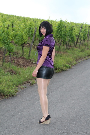 Attention whore in vineyard lifts black  - XXX Dessert - Picture 1