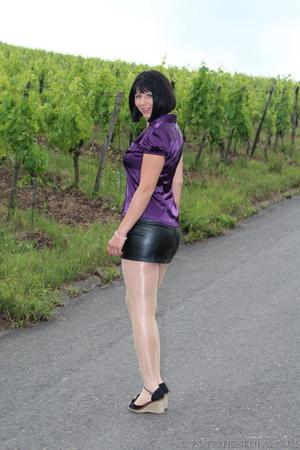 Attention whore in vineyard lifts black  - XXX Dessert - Picture 1