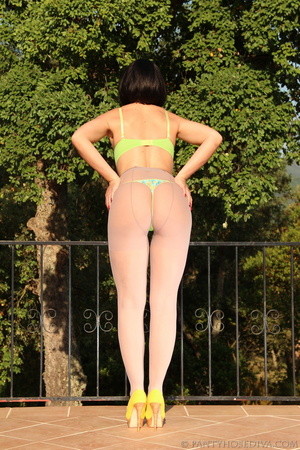 Green bra and panty set peeled off brune - XXX Dessert - Picture 3