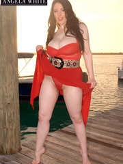 Beautiful babe posing her fat body by the beach wearing - Picture 5