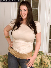 Gorgeous hottie takes off her light brown shirt and pose - Picture 5