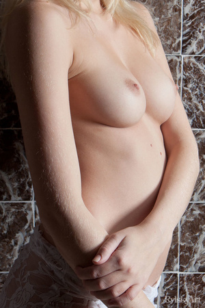 Pretty young blonde loves to show her na - XXX Dessert - Picture 3