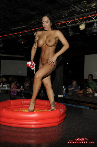 Babe shows all oon public stage