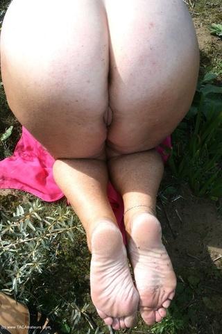 mature hottie displays naked
