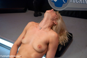 Fucking machine wrecks a hot blonde's ju - Picture 3
