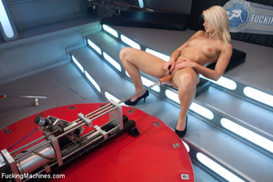 Fucking machine wrecks a hot blonde's ju - Picture 5