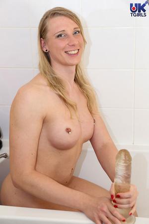 Pretty tranny with blonde hair bombards  - XXX Dessert - Picture 12