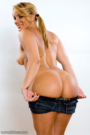 Pretty ass babe drops top and jeans shor - XXX Dessert - Picture 3
