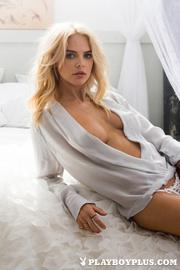 blonde model eager show