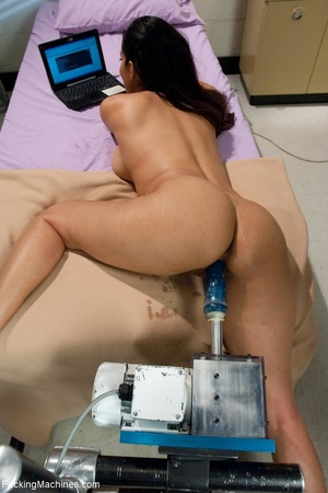 Dark haired lady is ready to get her cun - XXX Dessert - Picture 6