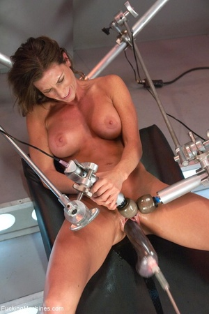 Muscled bitch with big boobs using so ma - XXX Dessert - Picture 5