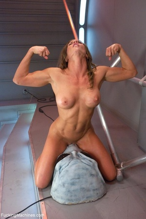 Muscled bitch with big boobs using so ma - XXX Dessert - Picture 14