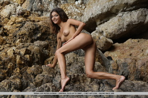 Pretty young brunette with curly hair di - XXX Dessert - Picture 5