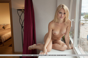 Blonde bombshell pose her steaming hot b - XXX Dessert - Picture 9