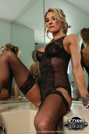 Elegant blonde lady in sexy lingerie loo - XXX Dessert - Picture 4