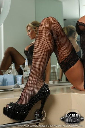 Elegant blonde lady in sexy lingerie loo - XXX Dessert - Picture 5