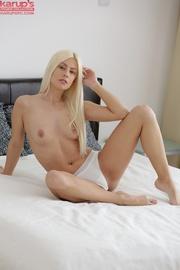 stunning blonde babe jams