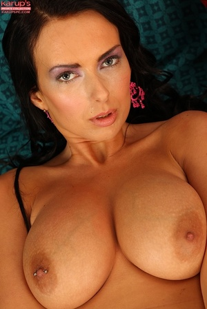 Raven haired fox with big tits spreads h - Picture 13