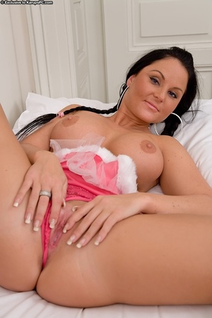 Curvy babe takes her skirt off to show h - XXX Dessert - Picture 5