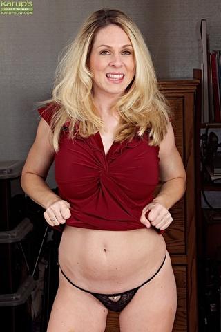 Huge Breasted Blonde MILF BBW Thumb