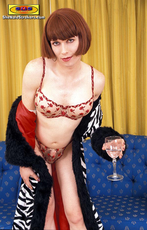 Stylish brown haired t-girl posing on th - XXX Dessert - Picture 2
