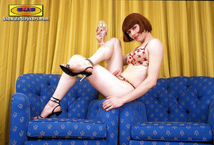 Stylish brown haired t-girl posing on th - XXX Dessert - Picture 3