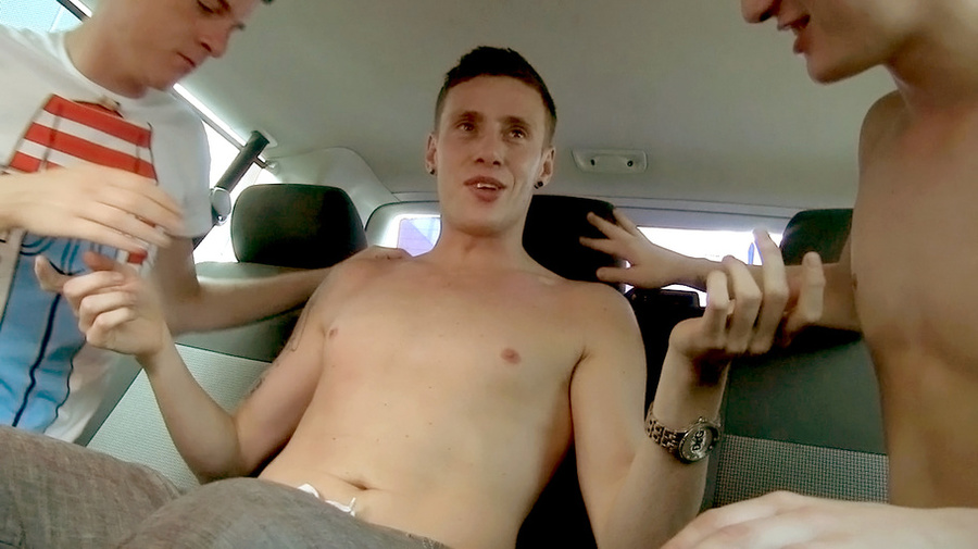 Tattooed Guy Gets Fucked In A Car