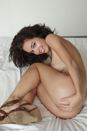 Busty tanned brunette with curly hair po - XXX Dessert - Picture 1